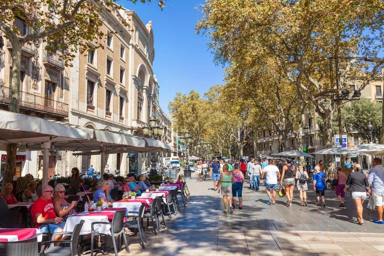 Barcelona Catalunya spain Las Ramblas tourists walking along Las Ramblas Barcelona las ramblas la rambla barcelona cafe eu europe Catalonia