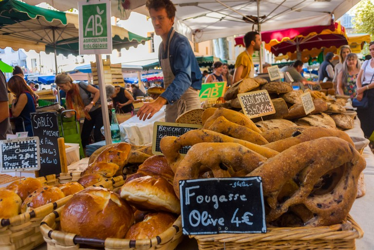 PP5R7B Aix-en-Provence, FRANCE, People Food Shopping, French Local Farmer's Market, Outside, Bakery Shop, Local Speciality