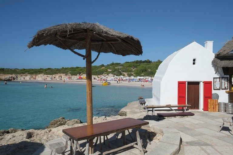 PW6E8N The beach at Binibeca - Cala Binibequer - Menorca, Baleraric Islands, Spain, seen from Los Bucaneros Bar