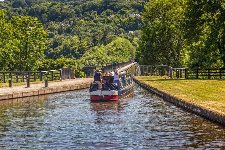 A barge, or Narrow Boat, crossing the Pontcysyllte Aqueduct near Llangollen in Wales. - R829CR