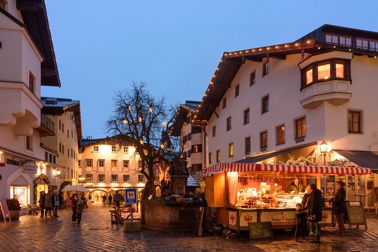 Kitzbuhel: Old Town, pedestrian zone, market stand in Kitzbuhel, Tirol, Tyrol, Austria