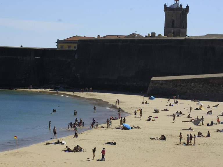 OEIRAS/LISBOA, LISBOA PORTUGAL. 28th June, 2021. (INT) Movement of bathers on Torre beach, in district of Oeiras. June 28, 2021, Oeiras, Portugal: Movement of bathers on Torre beach, in district of Oeiras, on Monday (28), amidst coronavirus pandemic. Desp