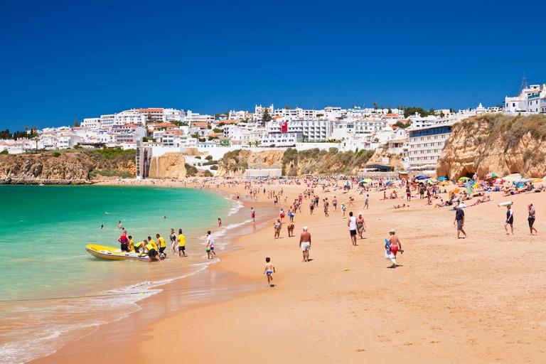 Holidaymakers on Fishermans Beach (Praia dos Pescadores), Albufeira Beach, Algarve, Portugal, Europe