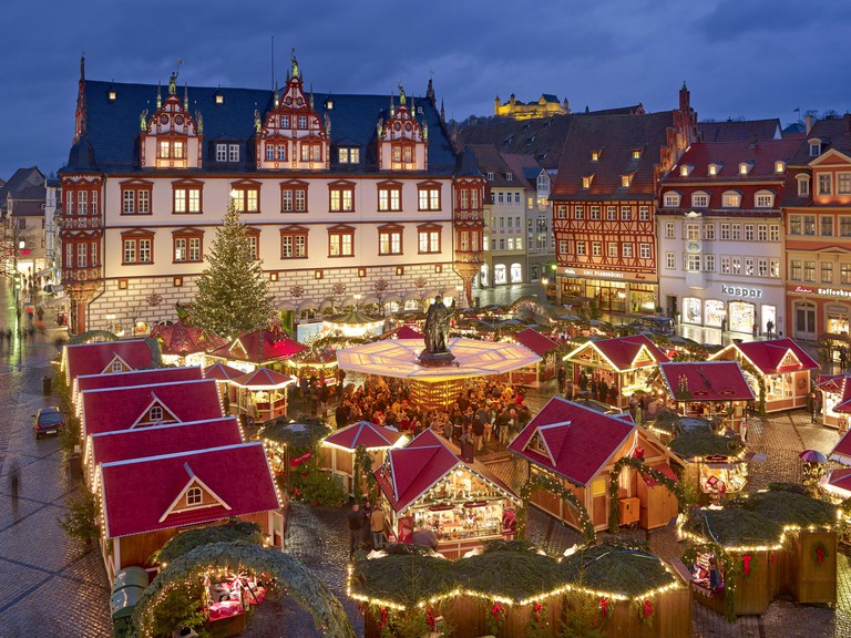 Christmas market with Town House in Coburg, Bavaria, Germany. FBD3JR