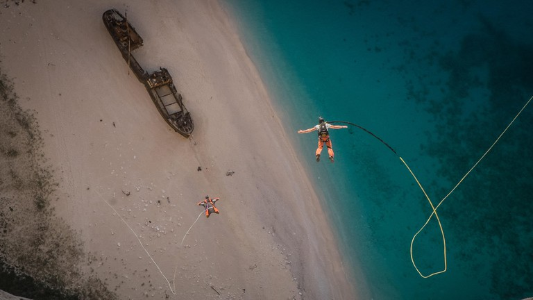 The rope jump world record team holder gave themselves rendez vous in Greece for a new adventure full of adrenaline. It is on the island of Zakynthos