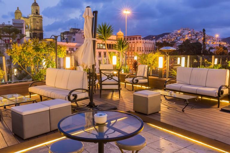 K6WYG4 Spain, Canary Islands, Gran Canaria, Las Palmas de Gran Canaria, bar restaurant La Azotea de Benito, view of the arrows of the cathedral Santa Ana