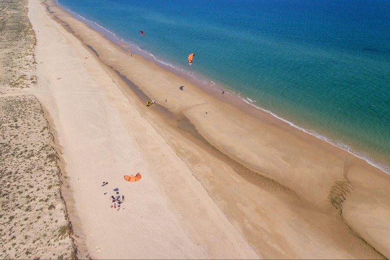 Kitesurfing amateur athletes on the beaches of Cabanas Tavira