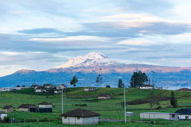 El Chimborazo es el volcan y la montana mas alta en el Ecuador, y el punto mas alejado del centro de la Tierra2? con una altitud de 6263,47 metros