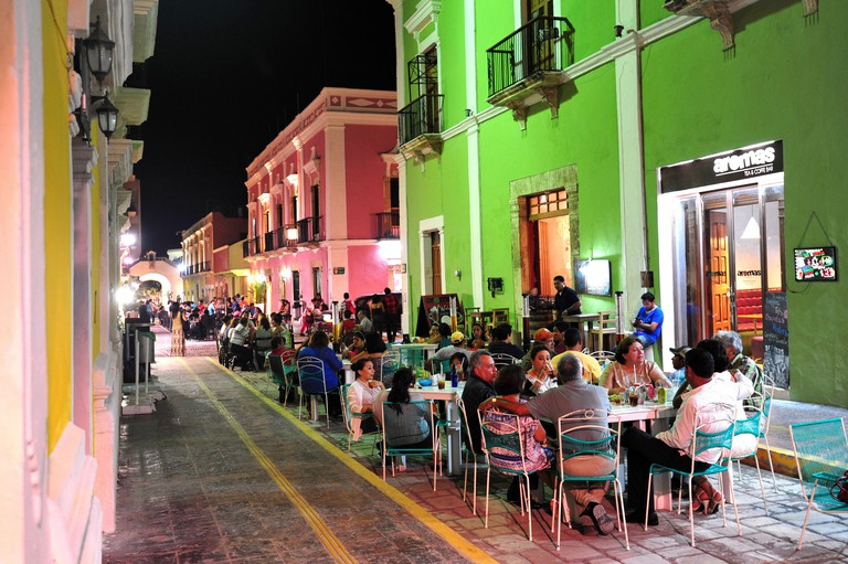 MEXICO. STATE OF CAMPECHE. TOWN OF CAMPECHE. AT NIGHT, THE CALLE 59 IS BECOMING AN OPEN AIR RESTAURANT.