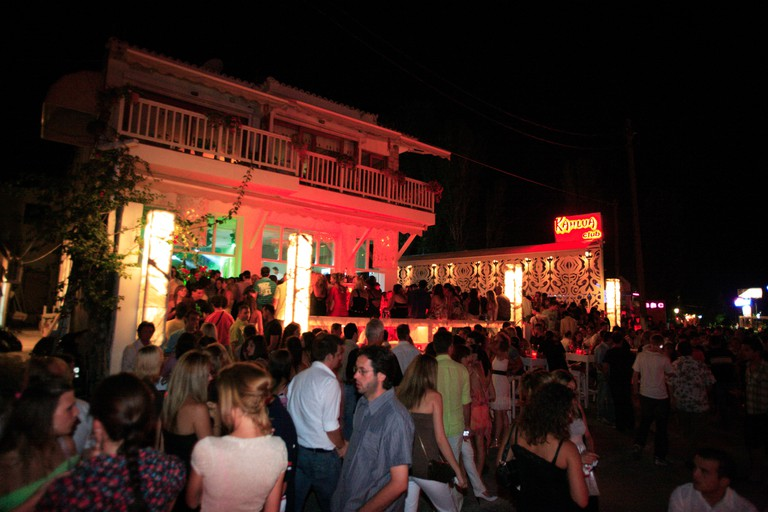 ADBPYK GREECE SPORADES SKIATHOS ISLAND A VIEW OF THE BUSY STREET WITH ALL THE CLUBS AT NIGHT