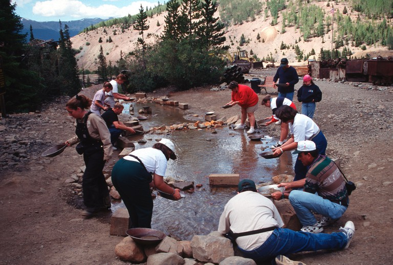 D29YN8 Tourists Panning For Gold At Country Boy Mine, Breckenridge, Colorado