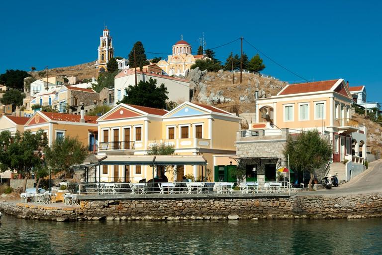 Griechenland, Symi, Blick auf den Hafenort Gialos und Taverne Tholos