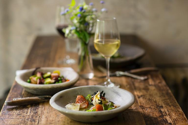 Vintage wine dinner for two. stefan-johnson-xIFbDeGcy44-unsplash