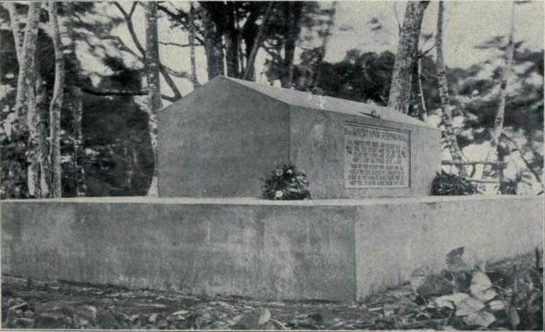 Grave of Robert Louis Stevenson 1909 © Bartlett Tripp/WikiCommons