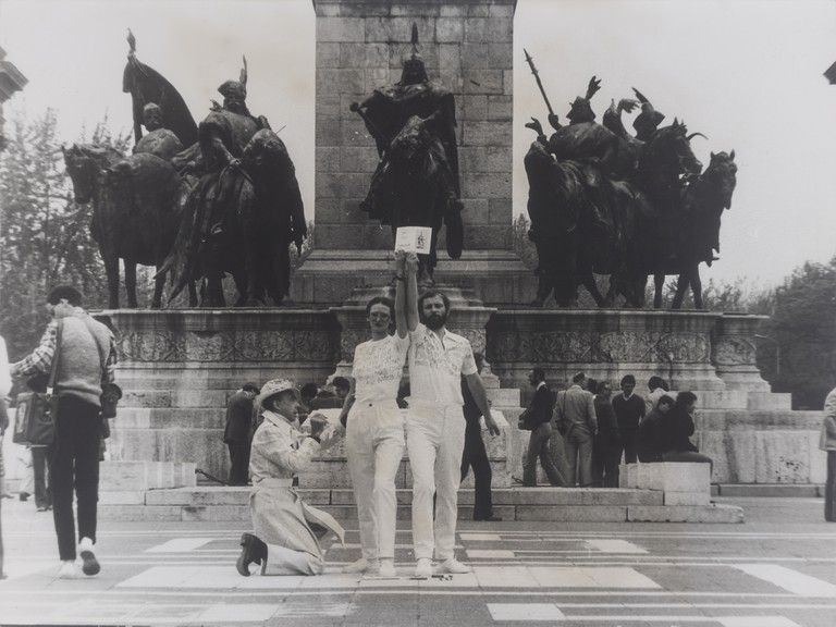 Homage to Vera Mukhina, performance with the participation of Julia Klaniczay and Guglielmo Achille Cavellini, Heroes' Square II, Budapest, May 1980.