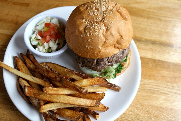 Hamburger and chips | © Susan Lucas Hoffman/Flickr