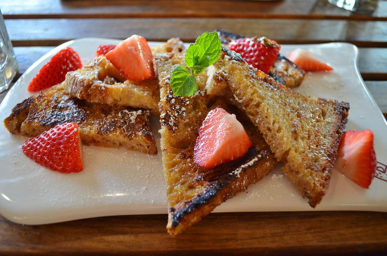 French toast with strawberries at Le Pain Quotidian © Christine Chau/FLickr
