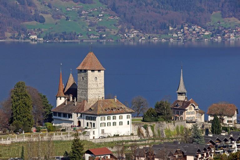 2048px-Schloss_Spiez_von_oben 444