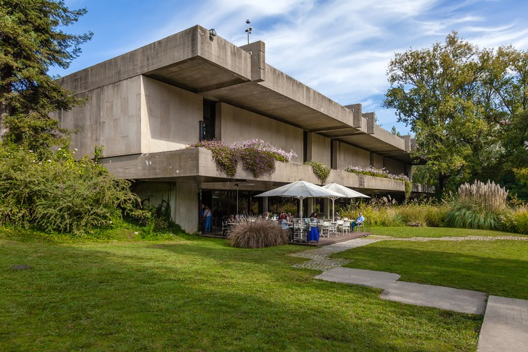 Cafeteria of the Calouste Gulbenkian foundation seen from the garden © StockPhotosArt / Shutterstock