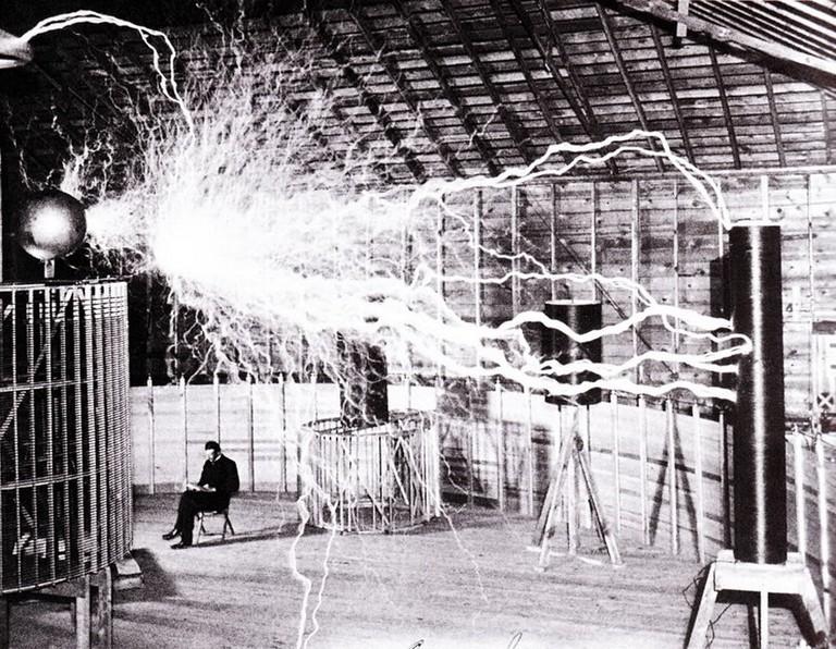 Nikola Tesla relajandose en su laboratorio (Colorado Springs, 1899)| © Recuerdos de Pandora/Flickr