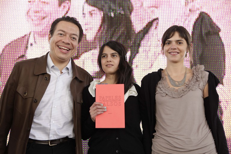 Valeria Luiselli (centre) with Papeles Falsos