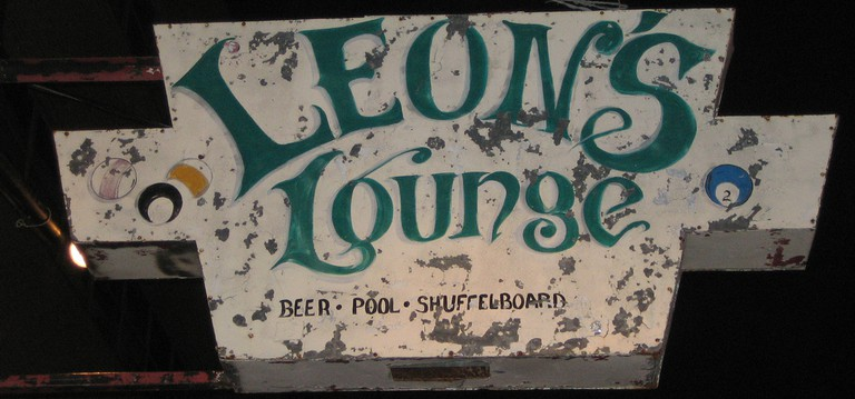 Leon's Lounge Sign © JaseMan/Flickr