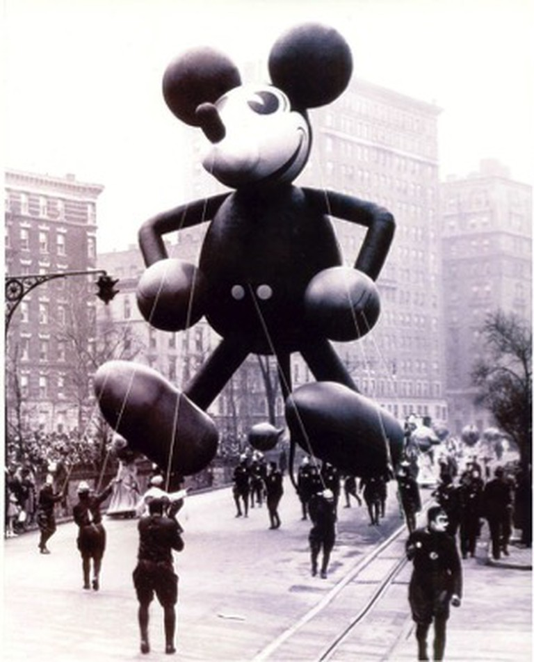 Mickey Mouse 1934 – 1st Mickey balloon designed with the help of Walt Disney