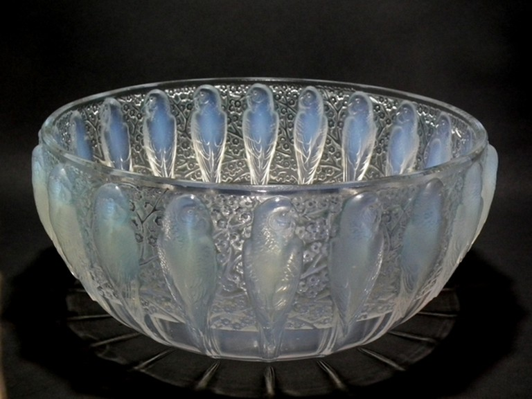 1930's opalescent glass 'Perruches' bowl [ © Davidmadelena / WikiCommons]
