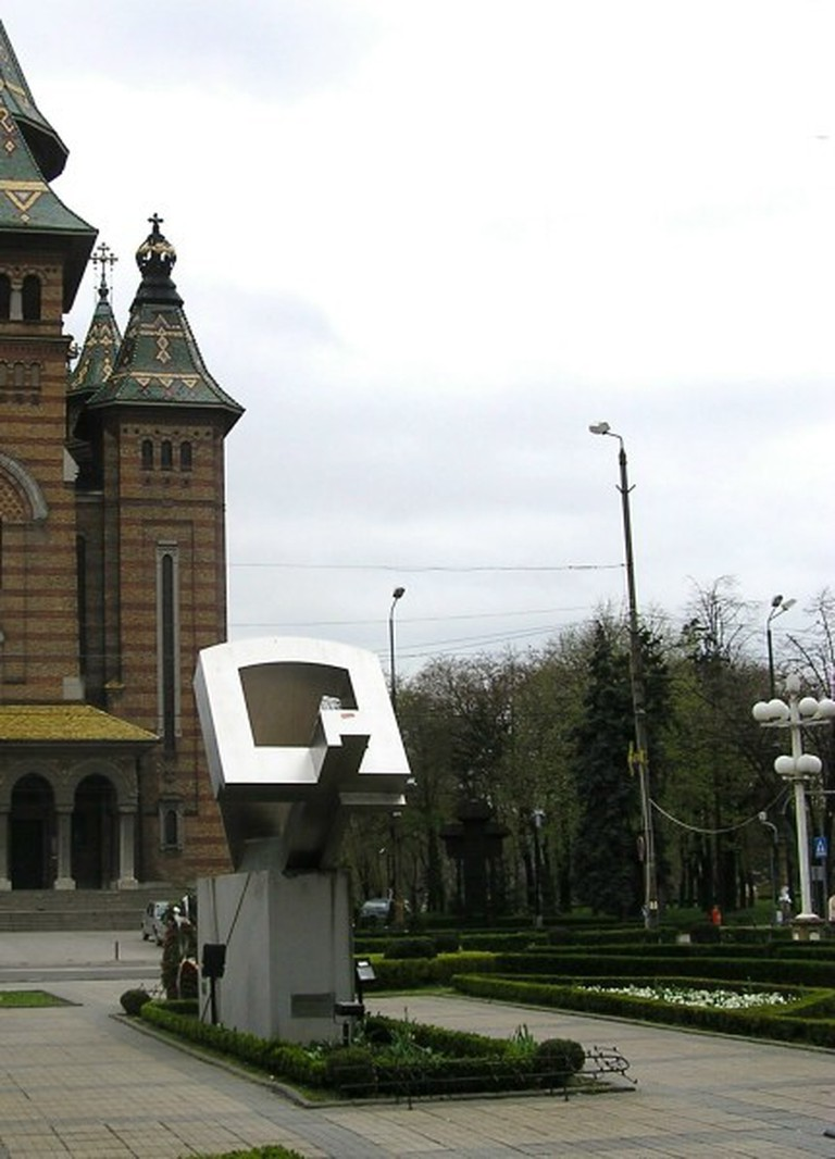 Paul Neagu sculpture crucificarea am Piata Victorieri in Timisoara/©Anon/Wikimedia