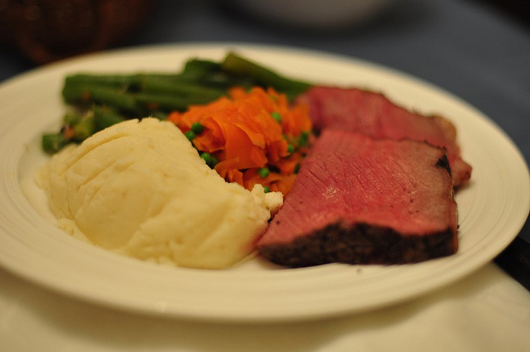 Roast beef with potatoes and green beans I © Lucas Richarz/Flickr