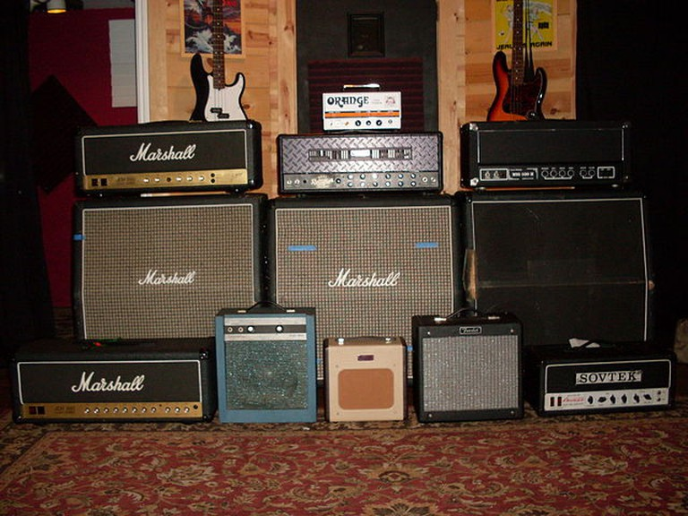 Guitar amps of Choice | © Roadside Guitars/WikiCommons