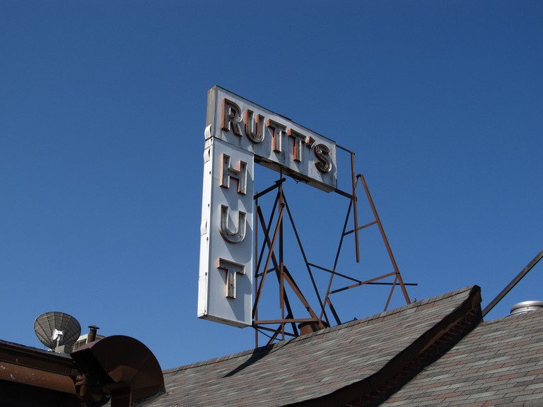 Rutt's Hut Sign | © Ken Lund/Flickr