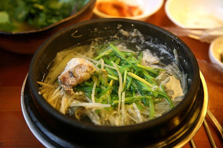 Korean Cuisine, soup and meat| © Junho Jung/WikiCommons