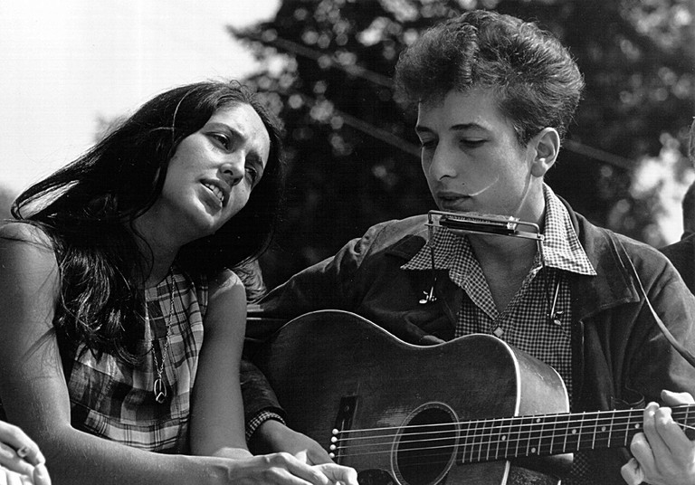 Bob Dylan and Joan Baez at a civil rights rally, Washington DC, 1963, Photo by Rowland Scherman | © Yann/WikiCommons