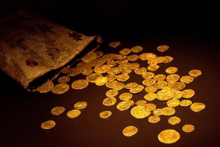 Una bolsa con monedas de oro medievales de Castilla, Aragón, Portugal y Francia©Manuel/flickr