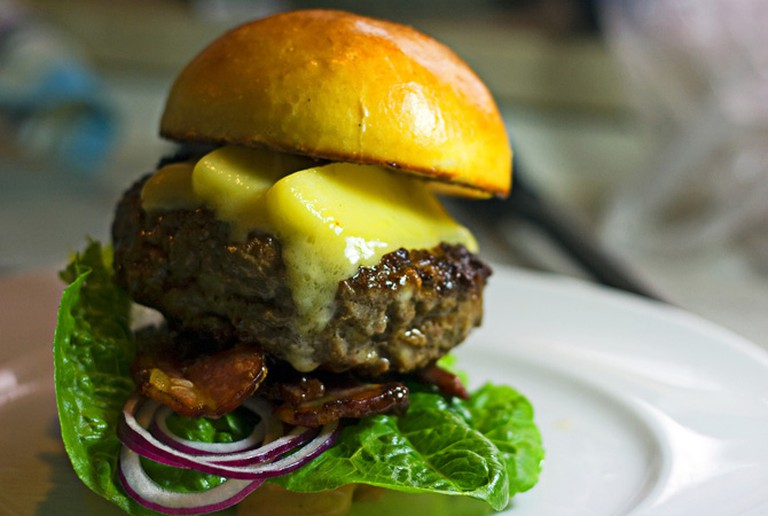 Burger with bacon and cheese © Martin, Flickr