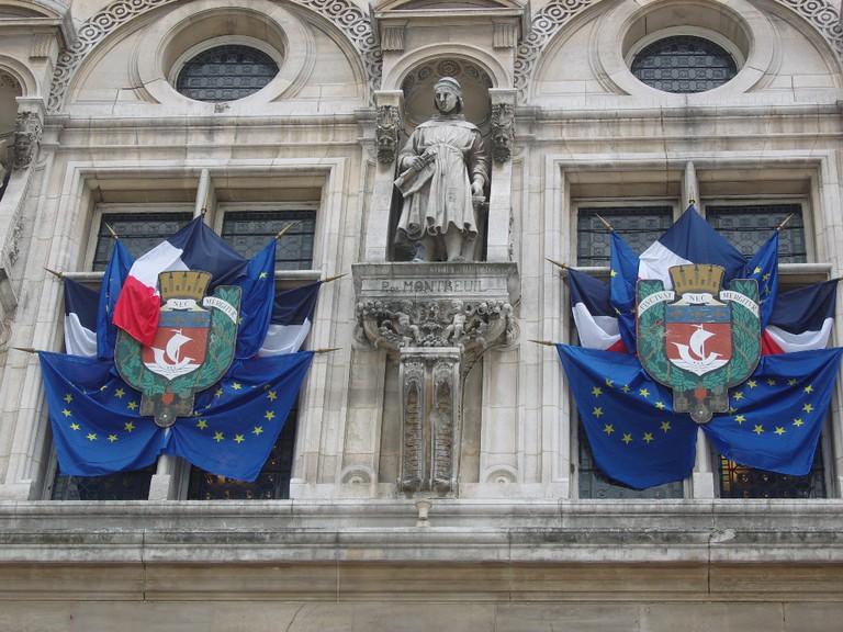 Façade pavoisée de l'Hôtel de ville de Paris. © Ordifana75/WikiCommons