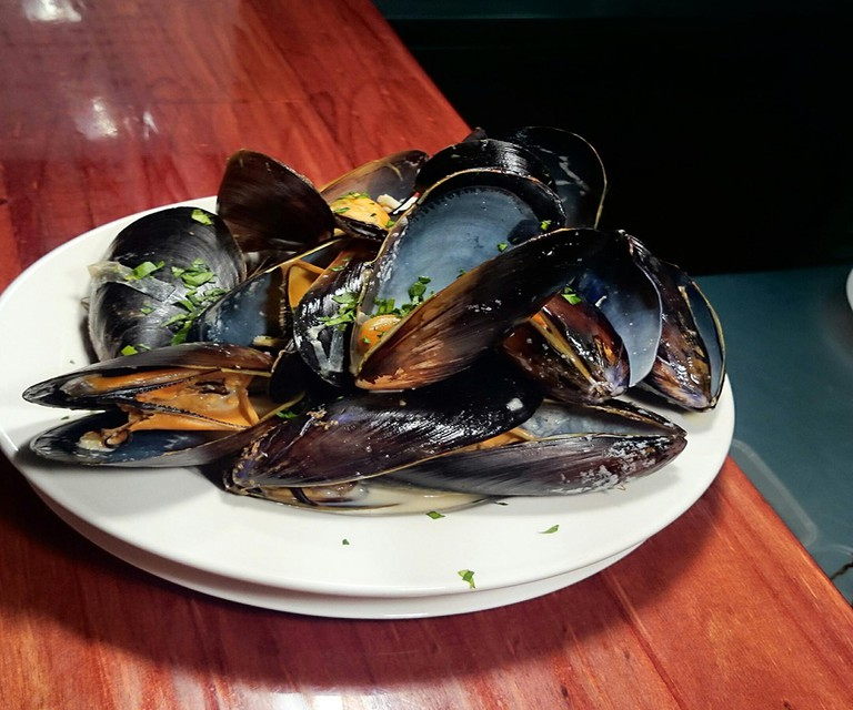 Moules a la Mariniere (Mussels in white wine and cream) | © Le Voltaire Bistro Francais
