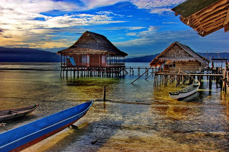 Floating village and canoe on the sun rise – Indonesia – West Papoua – Raja Ampat