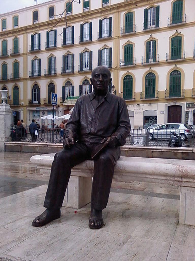 """Escultura """"Retrato del Pintor Pablo Picasso"""" de Francisco López Hernández en la Plaza de la Merced, Málaga, España©wikicommons."""