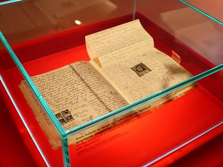 Anne Frank's diary at the Anne Frank Zentrum | © WikiCommons