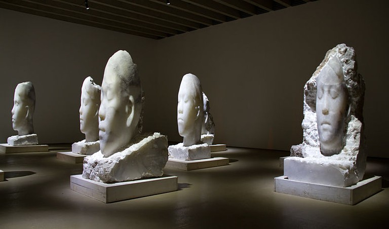 Alabaster Heads by Jaume Plensa | © Tony Hisgett/Wikicommons