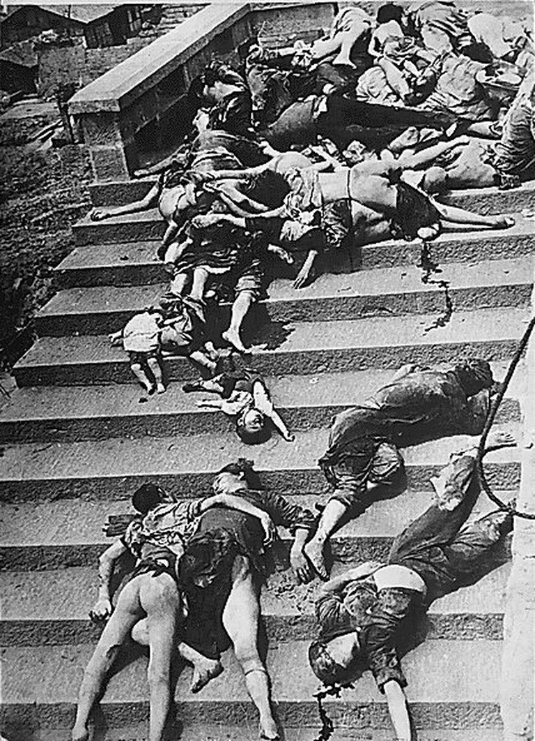 Casualties of a mass-panic during a Japanese air raid in Chongqing in 1941 – photo by Carl Mydans | © Carl Mydans/WikiCommons