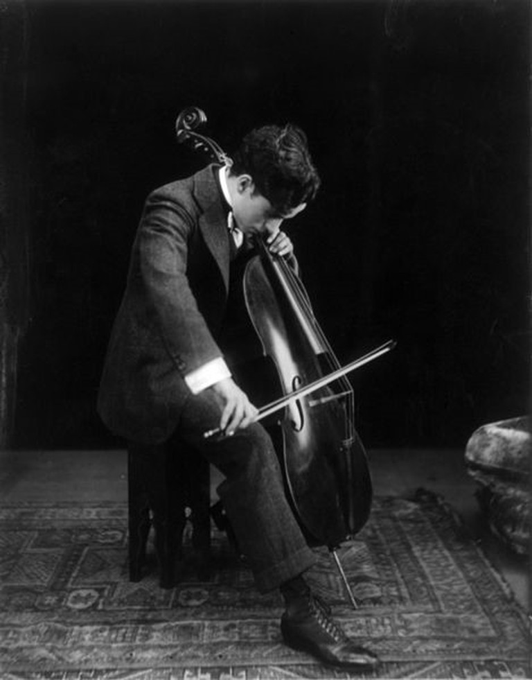 Chaplin playing the cello in 1915 © Howcheng