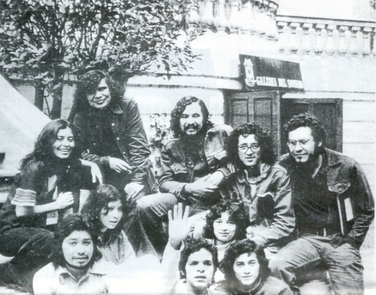 A younger Bolaño with friends in Barcelona (second from right wearing glasses) |© Barcelona.cat/Youtube