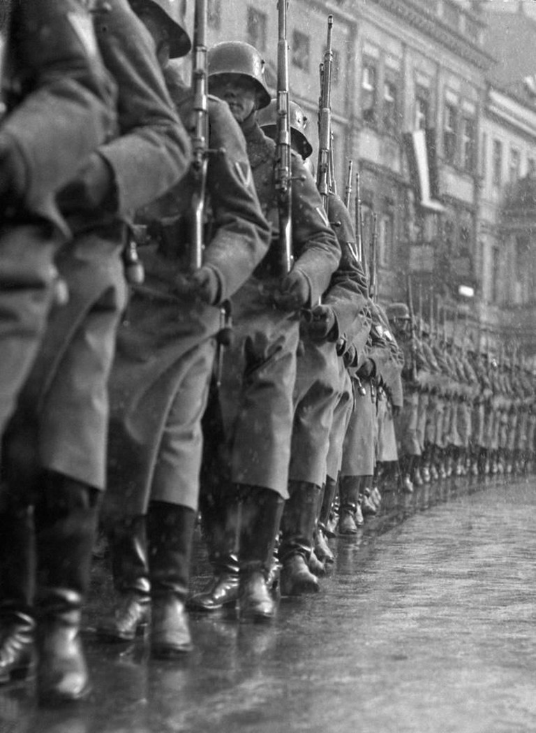 Martin Munkácsi, The German Army Marches Out, 1933 | Courtesy of Ullstein Bild and International Center of Photography