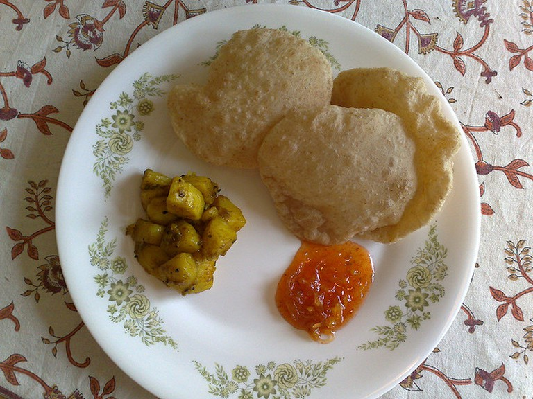 Luchi with Aloo Dum © Kaustav Bhattacharya / Flickr