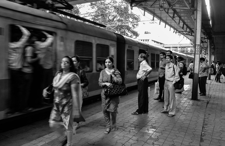 Commuters boarding and alighting | © Rajarshi Mitra / Flickr