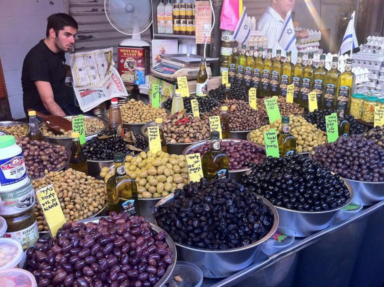 Olives at Shuk HaCarmel | Courtesy of Julien Menichini/WikiCommons