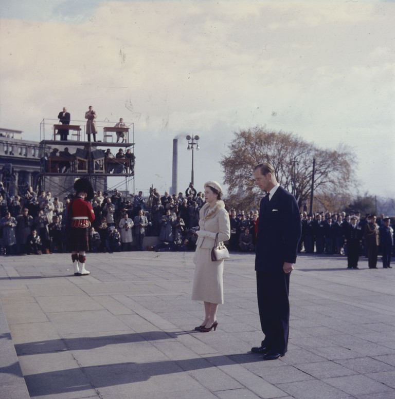 Queen Elizabeth II and Prince Philip taking a brief pause after laying a wreath on the National War Memorial | © BiblioArchives / LibraryArchives / Flickr